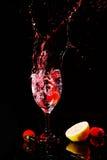 Fruta que cae en el agua Imagen de archivo libre de regalías