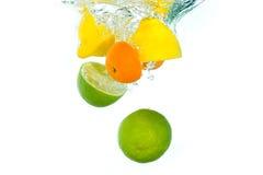 Fruta que cai na água Imagens de Stock Royalty Free