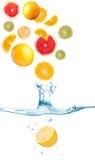 Fruta que cai na água imagem de stock royalty free