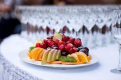 Fruta que corta en la tabla de la boda foto de archivo