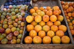 Fruta recién cosechada en venta fotos de archivo libres de regalías