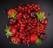 Fruta roja fresca en negro Imagen de archivo libre de regalías