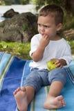 Fruta snacking del niño en naturaleza Imagenes de archivo