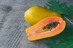 Fruta a solas tropical fresca madura dulce de la papaya Foto de archivo libre de regalías