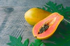 Fruta a solas tropical fresca madura dulce de la papaya Imagen de archivo libre de regalías