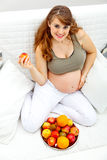 Fruta sonriente de la explotación agrícola de la mujer embarazada a disposición Foto de archivo