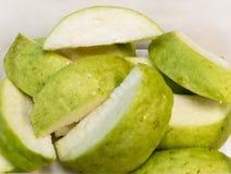 Fruta tropical cortada de la guayaba, lista para servir Fotos de archivo