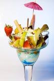 Fruta tropical cortada en cuadritos con helado congelado Fotografía de archivo