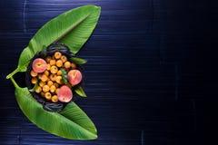 Fruta tropical en una tabla foto de archivo libre de regalías