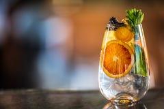 Fruta tropical fresca del cocktailwith tónico de la ginebra en contador de la barra en perrito o restaurante imagenes de archivo