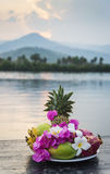 Fruta tropical y placa de la selección de las flores en la puesta del sol en Asia Fotografía de archivo