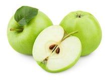 Fruta verde de la manzana con la hoja media y verde aislada en blanco Foto de archivo libre de regalías
