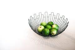 Fruta verde fresca de la cal en un cuenco Fotografía de archivo libre de regalías