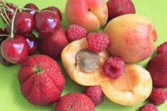 Fruta y bayas del verano fotos de archivo