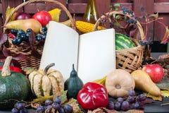 Fruta y calabazas estacionales Imágenes de archivo libres de regalías