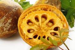 Fruta y hoja maduras del bael en blanco Imagen de archivo