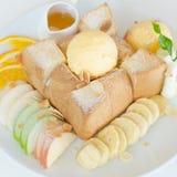 Fruta y Honey Toast mezclados con helado Fotos de archivo