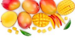 Fruta y mitad del mango con las rebanadas aisladas en el fondo blanco con el espacio de la copia para su texto Visión superior En fotografía de archivo