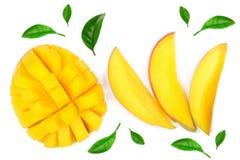 Fruta y rebanadas del mango aisladas en el primer blanco del fondo Visión superior Endecha plana imágenes de archivo libres de regalías