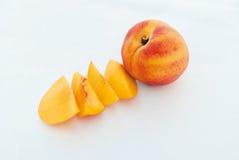 Fruta y rebanadas maduras del melocotón imagenes de archivo