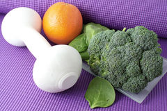 Fruta y verdura con el equipo del ejercicio Imagenes de archivo