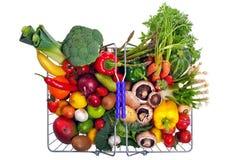 Fruta y verdura de la cesta aislada en blanco Fotografía de archivo