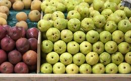 Fruta y verdura en colmado Imágenes de archivo libres de regalías