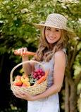Fruta y verdura en la cesta con su esposa fotos de archivo libres de regalías