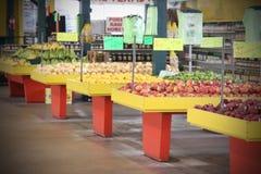 Fruta y verdura para la venta en el mercado de los granjeros Imágenes de archivo libres de regalías