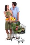 Fruta y verduras de compra de los pares Fotografía de archivo libre de regalías
