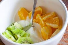 Fruta y yogur fotos de archivo