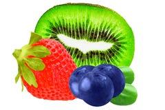 Frutas aisladas Fresas, arándanos y kiwi aislados encendido Foto de archivo