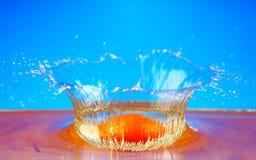 Frutas anaranjadas con salpicar el agua Imagenes de archivo