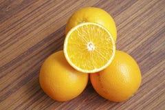 Frutas anaranjadas en la tabla Imagen de archivo