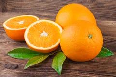 Frutas anaranjadas en viejo fondo de madera Imagen de archivo libre de regalías