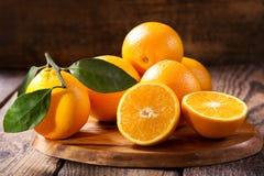 Frutas anaranjadas frescas con las hojas Foto de archivo libre de regalías