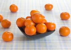 Frutas anaranjadas frescas en una tabla Imagenes de archivo