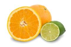 Frutas anaranjadas y limones verdes foto de archivo