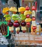 Frutas azucaradas en los palillos Imágenes de archivo libres de regalías