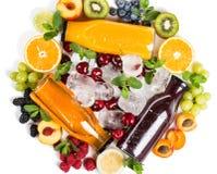Frutas, bayas y arsenal delicioso de zumos de fruta fresca Imágenes de archivo libres de regalías