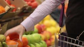 Frutas bien escogidas en el mercado metrajes