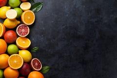 Frutas cítricas frescas en piedra oscura Fotos de archivo