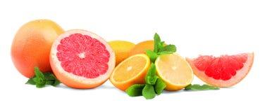 Frutas cítricas y hojas de menta en un fondo blanco Diversas frutas exóticas: pomelo, naranja, y limón Vitamina C Imagen de archivo