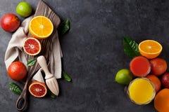 Frutas cítricas y jugo frescos Foto de archivo libre de regalías