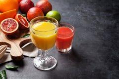 Frutas cítricas y jugos frescos Fotos de archivo libres de regalías