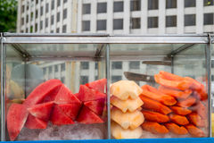 Frutas clasificadas del corte en un carro del vendedor ambulante Imagenes de archivo