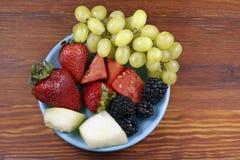 Frutas clasificadas en una placa Fotos de archivo