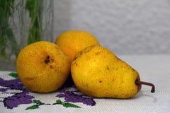 Frutas colocadas en la tabla Foto de archivo libre de regalías