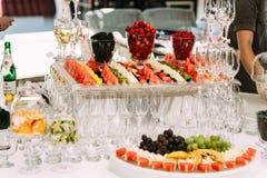 Frutas coloridas cortadas en la tabla de la boda Fotografía de archivo