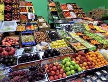 Frutas coloridas en el mercado imagenes de archivo